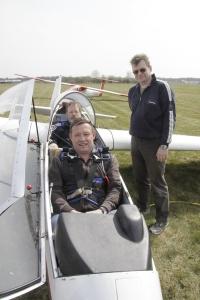 Kurz vor dem ersten Start: Unser neue Flugschüler mit Fluglehrer Bernd Naumann und Frank Naumann als Starthelfer