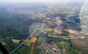 Die Autobahn A61 westlich des Flugplatzes.