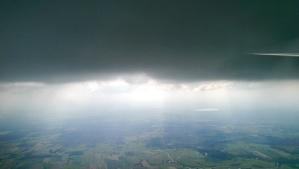 Unter der Wolke ist es dunkel und kalt. Aber es steigt!