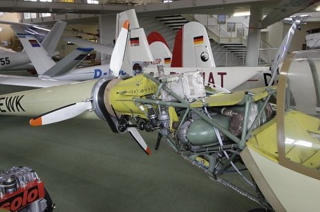 VW-1600er-Motor, dazu ein Umlaufpropeller um das Rumpfrohr.