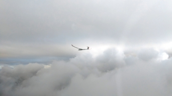 Adventsflug zwischen den Wolkenlücken: Tilo in der K2.