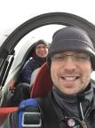 Zwei Horrorclowns beim Winterflug