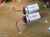 Akkus fertig angepasst mit T-Steckern und Trageschlaufen aus Tape. Die unterschiedlichen Farben waren notwendig, weil die beiden Schächte nicht exakt gleich groß sind.