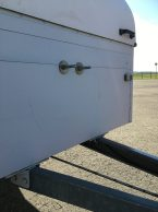 An diesen Schrauben ist das Rad normalerweise innen im Staukasten befestigt.
