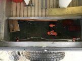 Staukasten alt: Trennwand viel zu niedrig und im Original das Ersatzrad sogar noch auf der Innenseite montiert.
