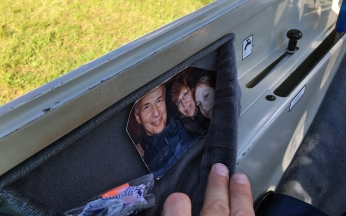 Die Familie fliegt in der Seitentasche mit.