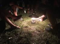 Kleines Feuerle am ersten Abend - ein Fest für die Fußfetischisten.