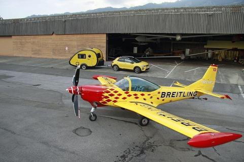 Kia mit Knutschkugel und passendem Flugzeug.